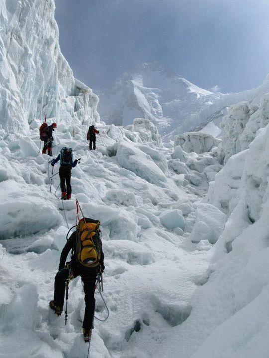 Эверест — высочайшая вершина мира (8 848 м) /// Everest — the highest peak of the world (8,848 m)