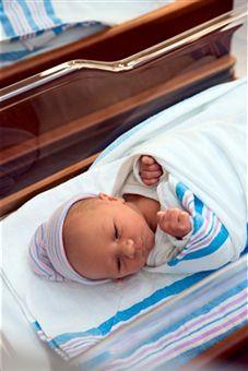 Bebelusii trebuie infasati inca din primele zile de la nastere si pana la cateva luni pentru a le oferi o stare de confort si pentru a evita ca cei mici sa fie deranjati de reflexul de tresarire comun in randul sugarilor.