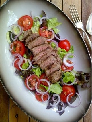 Salade met biefstuk en mosterddressing