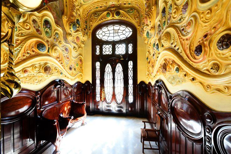 El interior de la Casa #Comalat es un espectáculo desbordante de formas ondulantes y colores vivísimos. #modernismo #arquitectura #Barcelona #CasaComalat #artnouveau #ArvilaMagna