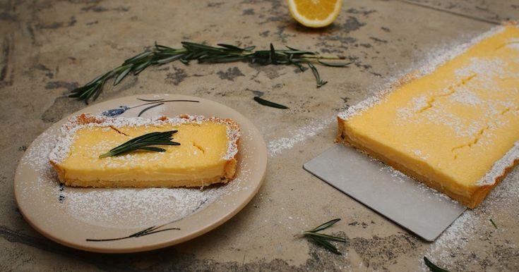 Citronový koláč podle Maryny a nás byl příliš kyselý a tak děláme jinou verzi. Korpus stejný. Na krém 2 vejce, šťáva a kůra ze 2 citronů, 80g moučkového cukru a 60 g másla míchat ve vodní lázni do zhoustnutí. Vzniklý krém přepasírovat a rozmíchat s 500g mascarpone.