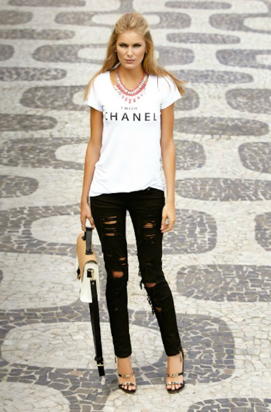 calça rasgada: Tees, Outfits Sets, Fashion Forward, Street Style, Fashion Inspiration, Heels, Black Jeans, Summer Spr, Chanel Tshirt