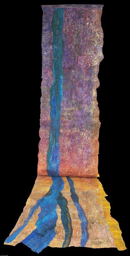 Saskia Weishut-Snapper. Majim Chajim.  G.d, wordt gezien als de bron van levend water en zonder water kunnen we niet leven. De blauwe rivier stroomt door een woestijnlandschap en het langgerekte werk wordt voorgesteld als een stromende rivier. Ik heb diverse peintisseries gemaakt met deze titel, die allemaal zeer verschillend zijn. Tyvek bestaat voor 100 % uit polyethyleen. De textiele soorten wordt onder meer gebruikt voor labels, vlaggen, afdekking voor boot of caravan, vliegers…