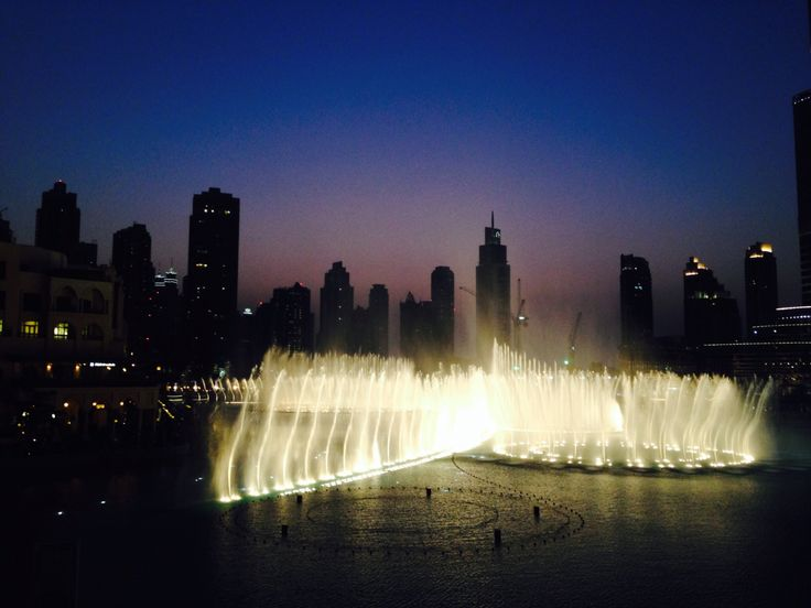 Dubai. Suihkulähteet. Auringon lasku.