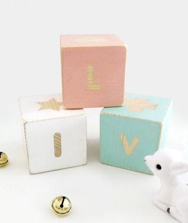 Ces jolis cubes de bois ajouteront une petite touche de douceur et de vintage dans le chambre de votre enfant. Un cadeau original à offrir à l'occasion d'une naissance, d'une ba - 15635817