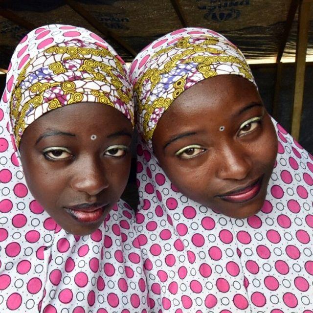 Due giovani ragazze musulmane accolte nel campo profughi dell'Agenzia per i Rifugiati delle Nazioni Unite (UNHCR) a Baga Sola, nei pressi del lago Ciad, al confine tra Ciad, Nigeria, Niger e Camerun