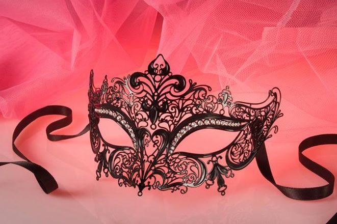 """""""L'aspetto esteriore della vita è solo una sorta di travestimento , una sequela di migliaia di maschere..."""" Chi vuoi essere oggi?!  """"The outward appearance of life is only a kind of disguise, a sequence of thousands of masks ..."""" Who do you want to be today?! http://www.sexycostumi.com/lusso/3912-maschera-iris.html"""