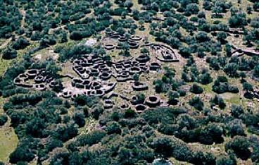 Serra Orrios-Dorgali.  Il complesso, uno dei più importanti e meglio conservati della Sardegna nuragica, comprende un villaggio-santuario con circa cento capanne, due tempietti con annessi recinti e due sepolture megalitiche.