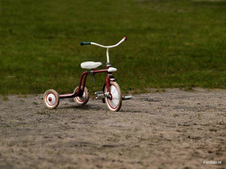 Met zonder Jezus: Jezus is er niet meer, maar wij mogen zijn handen zijn. Zoals een kind roept als hij fietst: Kijk mama: 'met zonder handen fietsen' Jezus is dan wel naar de hemel opgestegen, Hij woont nog in ons hart en is daar altijd bij ons!