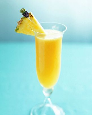 Recept Ananas Champagne Cocktail. Champagne heeft altijd iets feestelijks! En een cocktail geeft altijd een vakantiegevoel. Dan is deze combinatie helemaal top! Ananas met kokosmelk en Champagne. Natuurlijk kan in plaats van Champagne ook Cava worden gebruikt. En Prosecco dat kan natuurlijk ook.