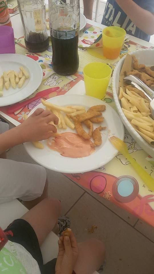 Il pranzo dei campioni: pollo, patatine e salsa rosa