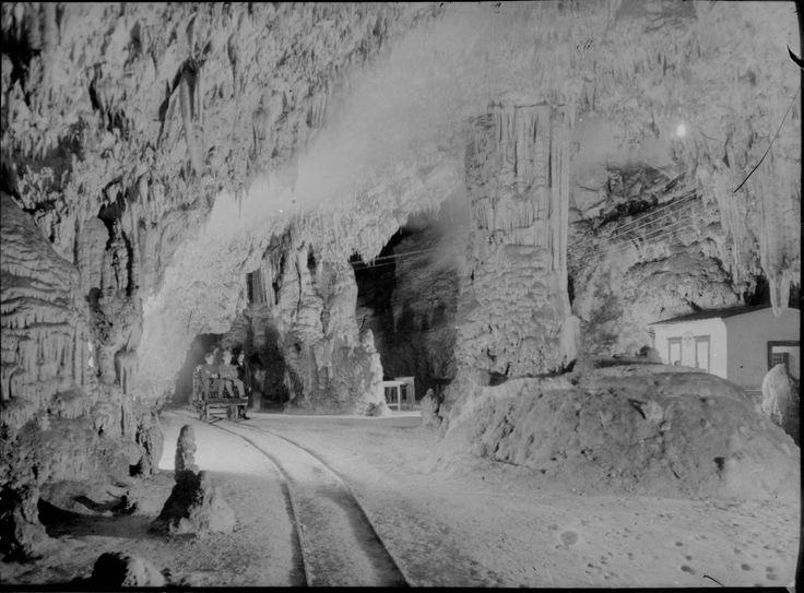 Titel Adelsberger Grotte (Höhlen von Postojna) Beschreibung Innenansicht mit Schienenstrang und einem kleinen Wagen mit drei Menschen. Autor Tirold, Rudolf Technik Schwarz-Weiß-Negativ Orte Postojna Schlagworte Grotte