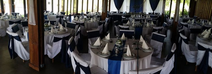 A navy( tengerészkék ) igen sötét árnyalat, mégis szinte megkerülhetetlen, ha tengerészes témájú esküvőt szeretnének. Bár a natúr színek is teremthetnek vízparti hangulatot, ha a megfelelő kiegészítőket alkalmazod.