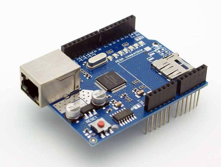 Ethernet Shield W5100 met micro SD-card reader   Werkt op 5 Volt (van je Arduino).  Ethernet controller: W5100 met 16K interne buffer.  Connectie snelheid: 10/100Mb  Verbinding met je Arduino middels SPI via de ICSP header.  Met micro-SD-card slot om bestanden op te slaan die je served via het netwerk.  Gebruik de Ethernet library om sketches te schrijven.  Compatible met de Arduino Uno en Mega.  Met 7 informatieve LEDs.