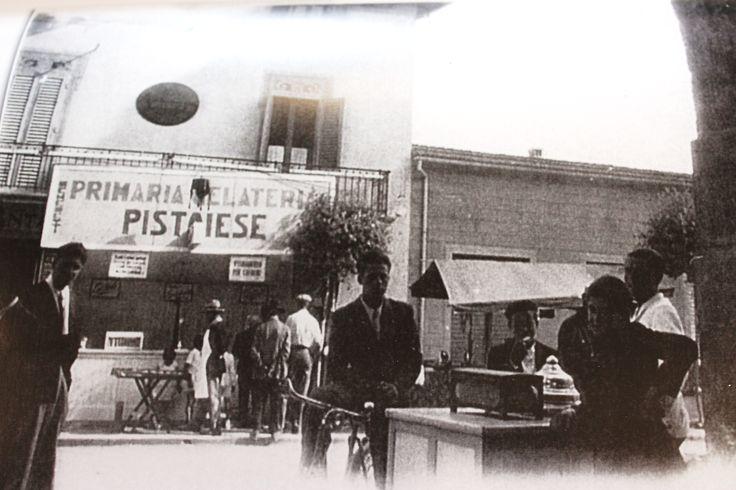 Festa del gelato in piazza. Sopra la gelateria, al primo piano, la sede del Consorzio di Bonifica del Padule di Fucecchio - 1947.