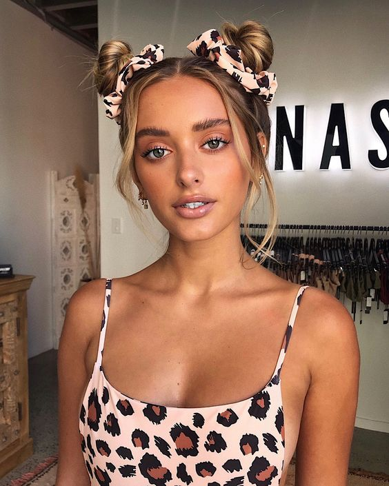 Cool hairstyles that you can only achieve with your scrunchies Two Buns Hairstyle, Cute Bun Hairstyles, Dread Hairstyles, Scrunchies, 90s Grunge Hair, Scrunched Hair, Floral Hair, Hair Inspo, Foto E Video
