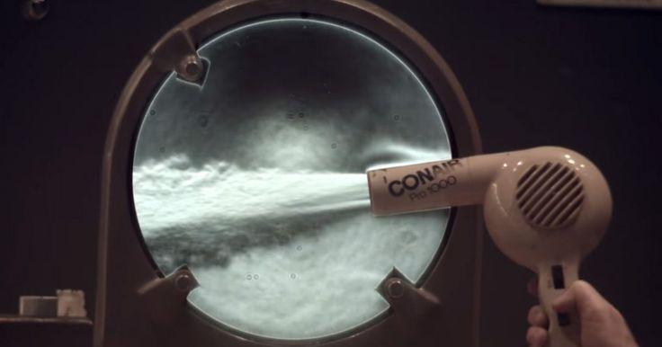 Lo que verás a continuación se trata de una demostración de la técnica óptica que nos permite ver los pequeños cambios en el índice de refracción en el aire. Una fuente puntual de luz se refleja en un espejo cóncavo y se centra en el borde de una hoja de afeitar, que está montado delante de la cámara. La luz refractada cerca del espejo e interceptado por la hoja da la ilusión de una sombra.  Por lo que puedes ver:los gases calientes de la llama de una vela y un secador de pelo, gas helio, y…