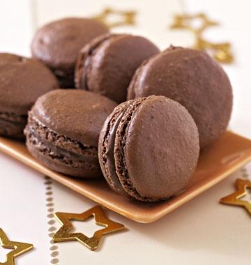 Macarons au chocolat - les meilleures recettes de cuisine d'Ôdélices  http://www.odelices.com/recette/macarons-au-chocolat-r1275