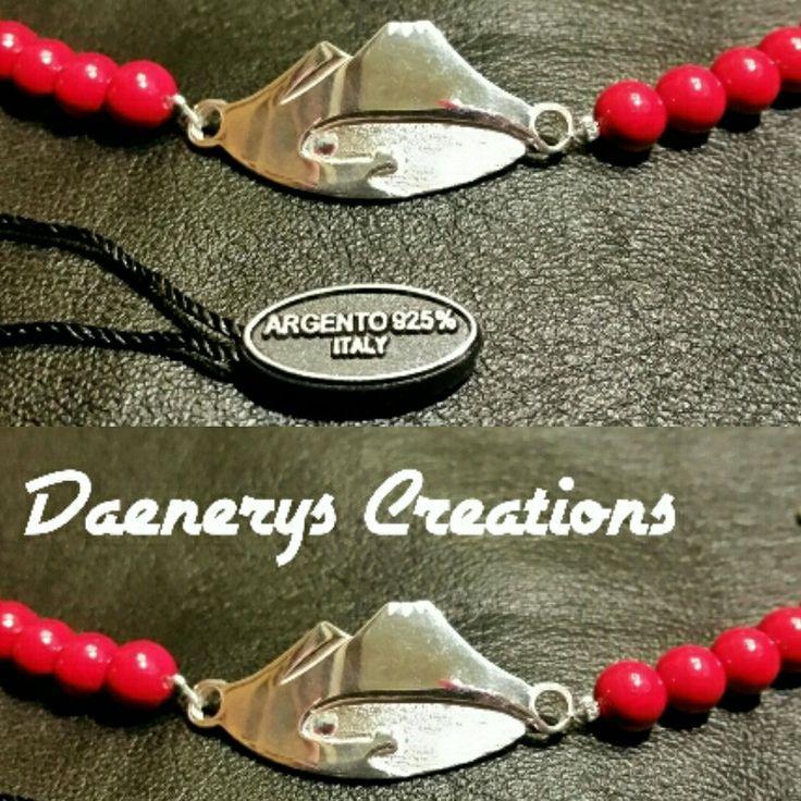 Bracciale in argento925 e perle rosse raffigurante il Vesuvio e il golfo di Napoli. Coperto da copyright e registrazione alla C.C.I.A.A di Napoli.