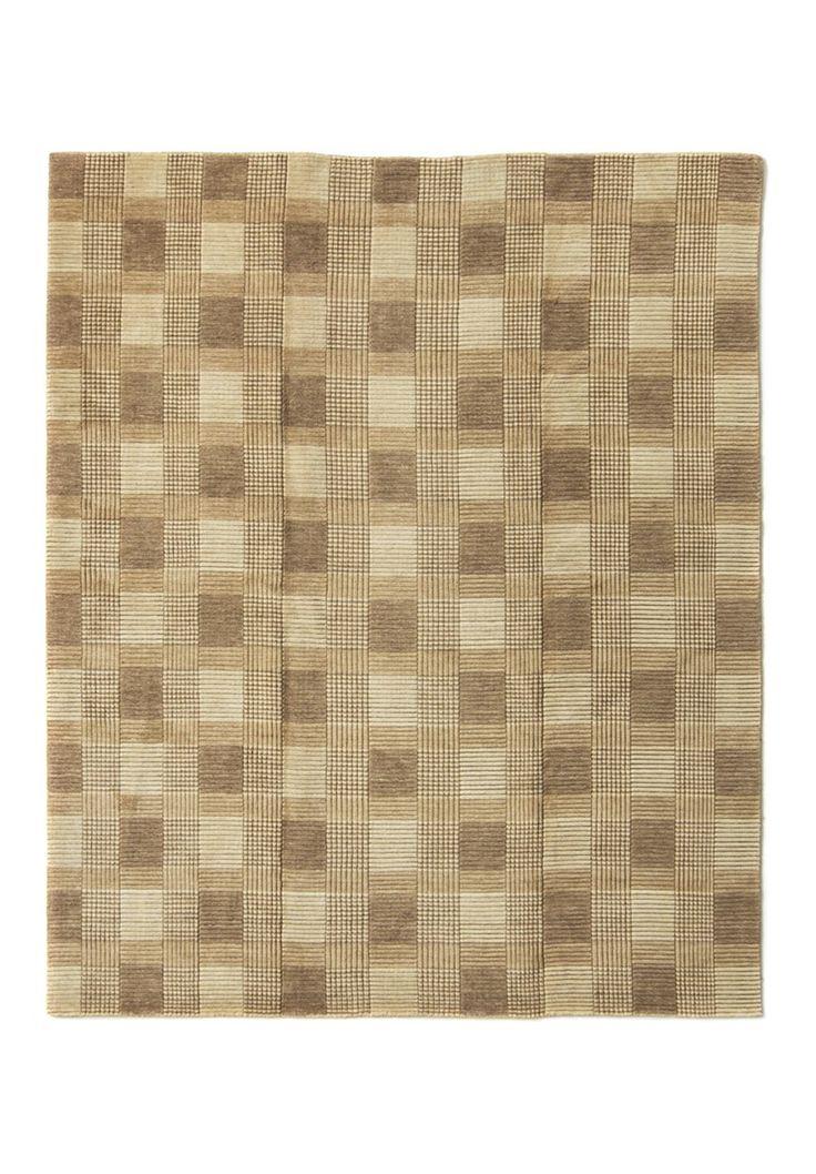 A essência deste tapete indiano se baseia na confecção sob tear manual em lã que o caracteriza com um toque suave e agradável. O Tartan possui um layout constituido em listras, riscos e quadriculados com base um uma única cor. Indicado para salas, quartos