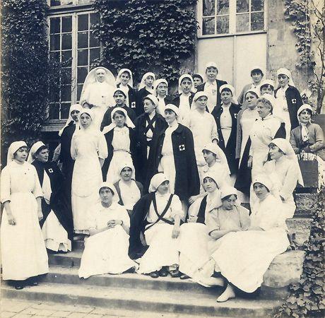 Une classe d'infirmière à l'hôpital du Panthéon durant la première guerre mondiale - La formation des membres de la Croix-Rouge s'est d'abord fait dans les comités avant d'intégrer des structures fixes. Les formations se sont ensuite déroulées dans des hôpitaux.