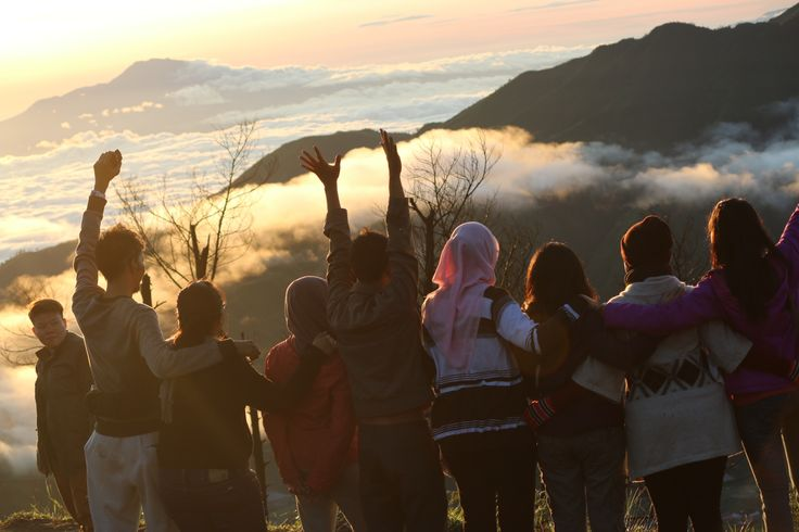 """bagai negeri diatas awan"" - bukit sikunir dieng.... amaziinnggg!!! ... keep our togetherness buddy! ^^"