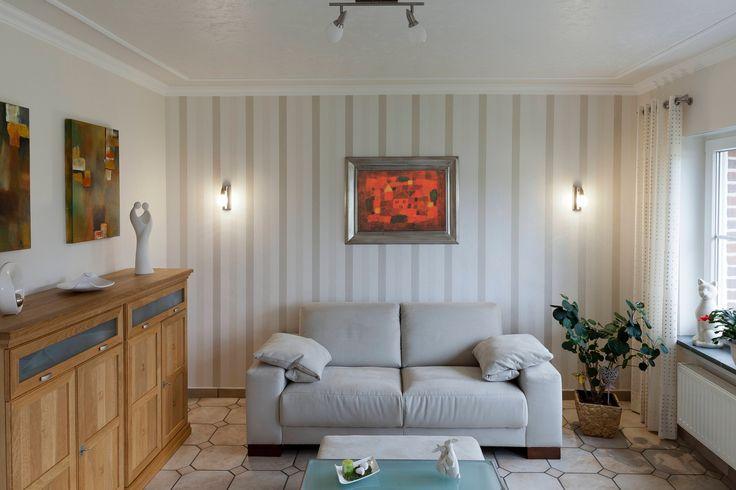 Wohnzimmer: Deckengestaltung mit Zierprofilleisten von NMC und Wickeltechnik. Wandgestaltung mit Streifentapete