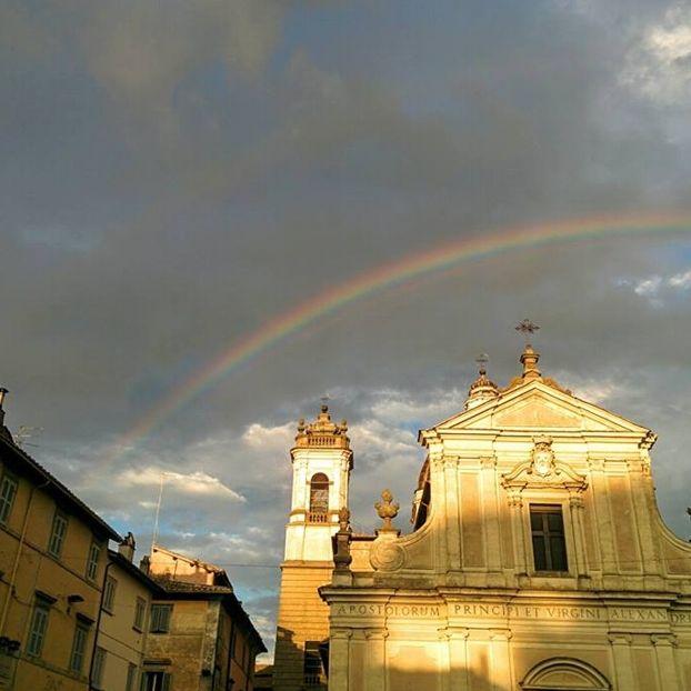 Un fantastico arcobaleno sopra il Duomo