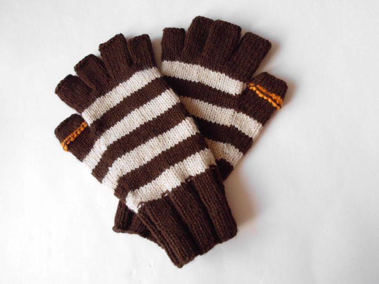 Pánské bezprstové rukavice - pruhy II. Pánské bezprstové rukavice jsou ručně upleteny z příjemné akrylové příze v barvách hnědé a béžové s akcentem oranžové na palci. Příjemné podzimně-zimní zahřátí tlap... Každý prst je vypleten zvlášť :-) Rozměry : měřeno v klidu... obvod dlaně = 20cm velikost = 8,5/ 9,5 Rukavice jsou pružné a prsty neškrtí.