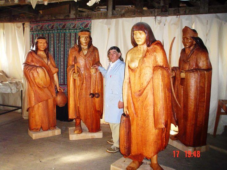 Esculturas talladas en madera, representación de l aborígenes que habitaron la Patagonia Austral.
