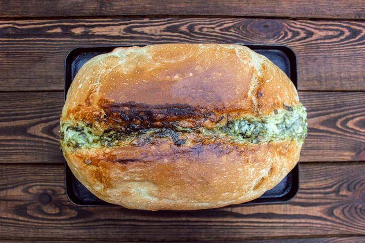 Благодаря чесноку хлеб очень аппетитно пахнет, а майонез делает его еще вкуснее. Замешивать тесто и выпекать хлеб можно и в хлебопечке, сократив количество ингредиентов пропорционально объему