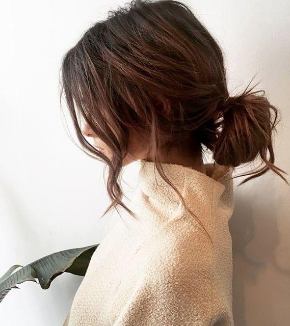 Entre cheveux texturés et fausse désinvolture, cette coiffure a tout bon !