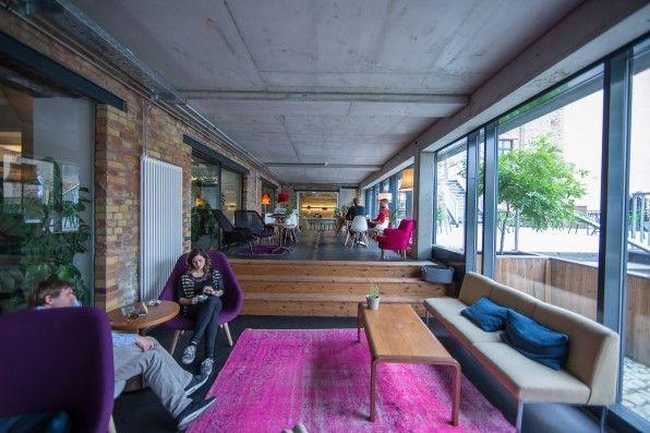 Begegnungsstätte: In der Lounge der Factory Berlin treffen Gründer und Kreative auf Vertreter etablierter Konzerne. Die Mieter sollen zusammen leben und arbeiten, statt aneinander vorbei. (Foto: Michael Hübner)