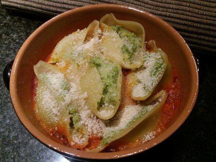 Pastaschelpen gevuld met broccolipesto op een tomatensausje. www.facebook.com/isadeetjes