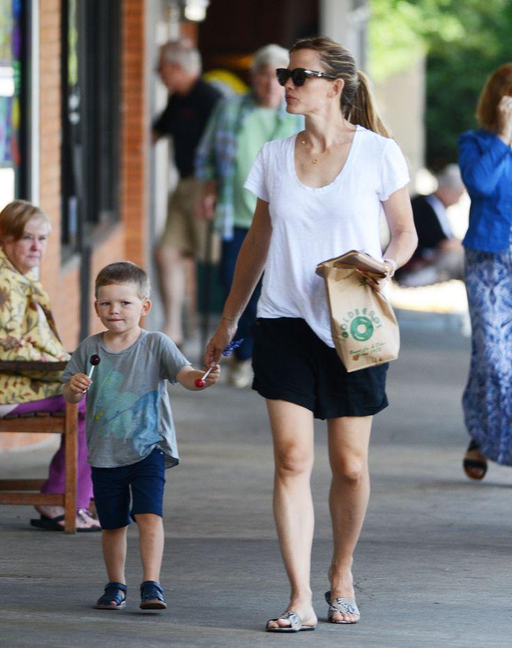Jennifer Garner Steps Out With The Kids - http://site.celebritybabyscoop.com/cbs/2015/07/13/jennifer-garner-steps-with #BenAffleck, #Haircut, #JenniferGarner, #SamuelAffleck, #SeraphinaAffleck, #VioletAffleck, #Weddingring