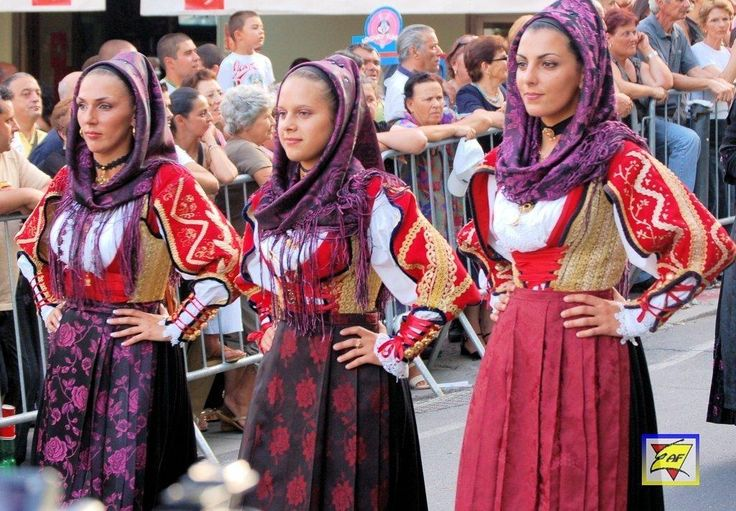 Costumi_femminili_di_Buddusò