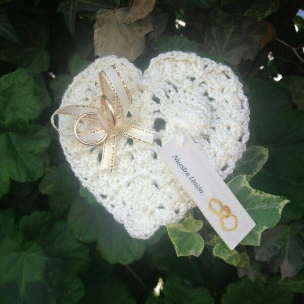 Encintado de matrimonio, corazón tejido a crochet, hilo free time crema, crochet número 2, cinta y argollas, hecho a mano