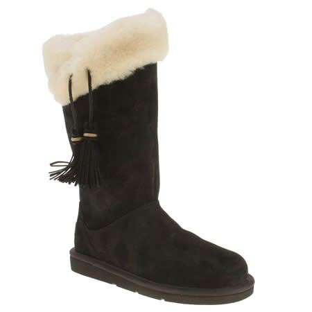 The Plumdale from UGG Australia takes a sheepskin lined suede upper and adds some nice little touches. A black suede upper features tassel detail, an inner zip and a contrasting sheepskin collar. Metallic branding and an EVA sole unit finish.