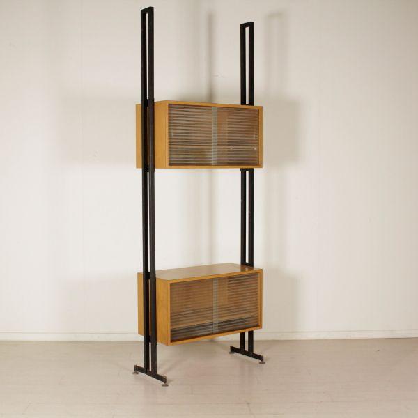 Libreria anni 50-60 ad elementi regolabili in altezza con ante scorrevoli; montanti in metallo, legno ricoperto in formica, vetro.