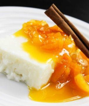 Manjar de tapioca com calda de damascos