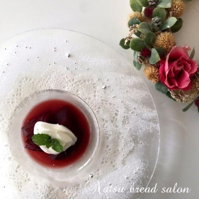 Relax☆アップルコンポート(Natsu bread salon)のレシピです。旬のりんごをビタミンCたっぷりのレモンと、ポリフェノールたっぷりの赤ワインで煮込んだコンポート☆風邪をひきそうな時に効果のある、リラックスデザートです☆ 材…