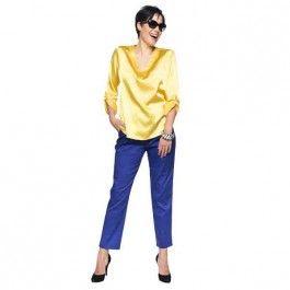 Kleurrijke lenteblouse, komende zomer zie je veel ton-sur-ton-setjes. Durf knallend voor de dag te komen in een gele blouse met een kobaltblauwe broek.
