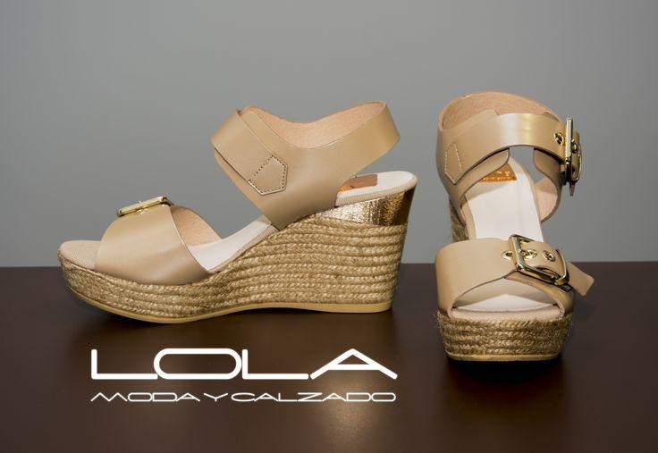 Llevar el yute de mejor calidad del mercado y el diseño con más clase de la temporada es tan sencillo como comprar nuestras cuñas.  Pincha este enlace para comprar tus sandalias en nuestra tienda on line:  http://lolamodaycalzado.es/primavera-verano/637-cuna-en-piel-beige-metalizado-kanna.html