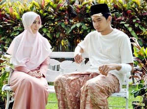 husband and his wife portrait. Insya Allah.. :D cute dress and pink bergo