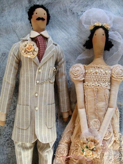 коллекционные куклы Свадьба в стиле винтаж. Свадебная пара в стиле 'винтаж'. Памятный подарок на свадьбу и на годовщину свадьбы. Необычный аксессуар для тематической свадьбы. Платье и фата невесты сшиты из состаренной ткани.