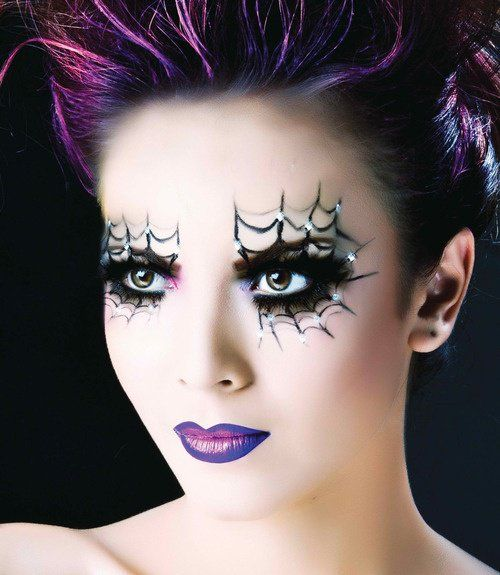 une fille avec des cheveux de couleur lilas