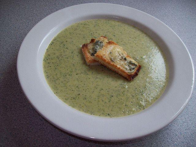 Brokolice je jedna zmála zeleniny, kterou si občas koupím vzelinářství nebo supermarketu. Jednoduše proto, že ji stále nejsem schopná vypěstovat. Brokolice je zelenina bohatá na vitamíny – jak ji šetrně uvařit a chutně připravit?  Na z...