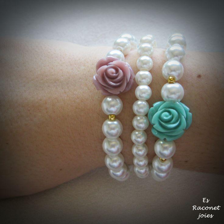 Pulseras perlas con flor.