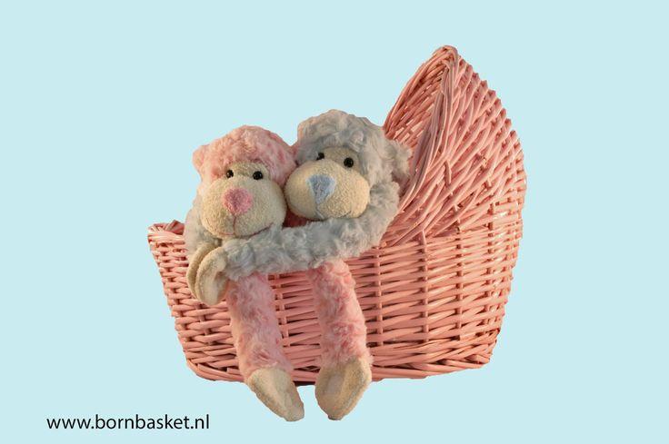 Leuk roze wiegje als kraammand. Hier gevuld met twee slingerapen. Heerlijk zacht om te knuffelen. Leuk als kraamcadeau.