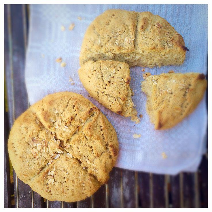 Helt enkelt ett toppenrecept på smarriga, glutenfria och mjölkfria scones. MUMS! Havrescones (till ca 2 pers) 90 g (ca 2,5 dl) havregryn (glutenfria om du har celiaki) 150 g (ca 2 dl)havremjöl(gl...